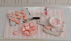 Galletas del corazón miniatura en ciernes - corazones rosados en la galleta Hoja, tazón de fuente de formación de hielo, placa de cristal rosado con bordes acanalados, y el tarro de Spinkles