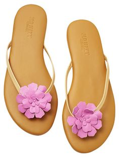 Blisters be gone! These flowered flip flops have soft straps and an extra layer of padding for ultimate comfort. #fashion #sandals #comfortableshoes