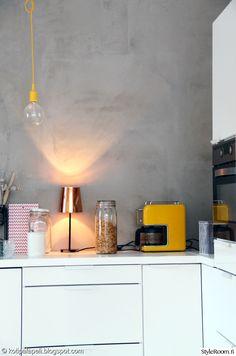 kupari,keltainen,harmaa seinä,betoniseinä,keittiö