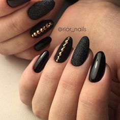 False nails have the advantage of offering a manicure worthy of the most advanced backstage and to hold longer than a simple nail polish. The problem is how to remove them without damaging your nails. Black Nail Art, Black Nails, Black Glitter, Trendy Nail Art, Stylish Nails, Classy Nails, Black Nail Designs, Nail Art Designs, Cute Nails