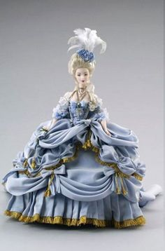 These are some dolls that reproduce the typical costumes of the queen.