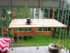une petite table en bois pliante pour aménager le petit balcon