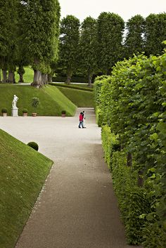 Passages and paths in the baroque garden.