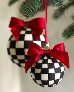 I know, I know, it's not Christmas, but I could not resist their charm... Kayelon, what a great addition to a black, red, & white Christmas color pallet! (Amanda M.K. has great red & wht polka dot Christmas decorations)!