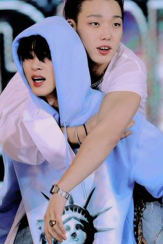 BI carrying injured Bobby iKON at the SBS Super Concert in Taipei Kim Hanbin Ikon, Ikon Kpop, Yg Ikon, Yg Entertainment, K Pop, Bobby, Ikon Member, Rapper, Winner Ikon