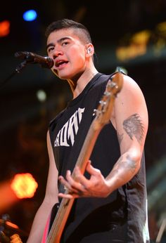 Calum Hood Reveals the Real Reason He Shaved His Head - Twist <<<< I don't mind him shaving his head. It's his choice not mine