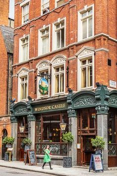 The Windsor Castle pub in Westminster, London has one of the prettiest interiors of any pub in the city. Best London Pubs, Best Pubs, Old London, London Blog, England Uk, London England, Windsor England, Oxford England, Cornwall England
