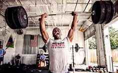 """Antes de continuar con nuestros trabajos de técnica y entrenamiento, quiero detenerme un poco para revisar un tema que es frecuente en todos los atletas que inician la práctica del Levantamiento Olímpico: """"me duelen demasiado los hombros""""."""