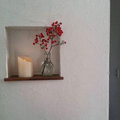 . . 玄関のニッチ ニトリの電球ロウソクが安くてなかなか良い . . 2016.12.18 #玄関#南天#ナンテン#インテリア#ディスプレイ#実#クリスマス#しつらい#園芸部#おうち#家#マイホーム#花#フラワー#ニッチ#ニトリ#暮らし#日々のこと#暮らしを楽しむ#塗り壁#漆喰#ナチュラルインテリア#大人ナチュラル#interior#flower Laurel Wreath, Fairy Godmother, Candle Sconces, Floating Shelves, Entrance, Wall Lights, Old Things, Room, Inspiration