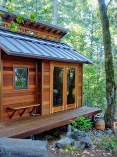 With work-life balance virtually non-existent, growing student debt, and the ever-rising rent prices, more and more people are trying to simplify their lives by simplifying their living quarters. Tiny House Cabin, Tiny House Design, Small Modern Cabin, Terrain Constructible, Forest Camp, Hunting Cabin, Construction, Log Homes, Curb Appeal