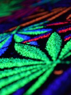 """Psywork Schwarzlicht Goa Teppich """"Sweet Neon Weed"""" #blacklight #schwarzlicht #neon #glow #psy #party #deco #carpet #effects #cannabis #psywork"""