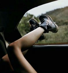 Image shared by :]. Find images and videos about grunge, shoes and hipster on We Heart It - the app to get lost in what you love. Fotografia Grunge, Looks Teen, Poses Photo, Grunge Photography, Photo Instagram, Photos Du, Belle Photo, Pretty Pictures, Dr. Martens