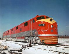 ferrocarriles que operaban el Texas Special eran sistemas de tamaño medio de la Clase I que operaban en la región central a través sur de Texas. El Missouri-Kansas-Tejas ferrocarril ferrocarriles como el Golfo, móviles y Ohio el centro de Illinois y corrió, poco convencional, de norte a sur (en lugar de los más comunes, este-oeste). Como su nombre lo indica, la Katy conectado todos sus estados homónimo, con conexiones a ciudades como Omaha y San Louis en el norte y Galveston y San Antonio…