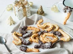 Je vous propose une recette de spritz à la noix de coco gourmande et facile à réaliser. Une recette de bredele en plus pour Noël! Biscuit Recipe, Adeline, Waffles, Cereal, Coconut, Cookies, Sweets, Breakfast, Food
