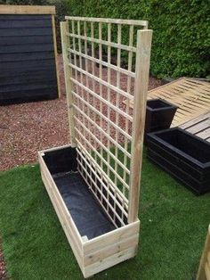 To find out more pallet projects Backyard Privacy, Backyard Landscaping, Privacy Screen Outdoor, Diy Pallet Projects, Garden Projects, Garden Planter Boxes, Wooden Garden Boxes, Deck Planters, Tiered Planter