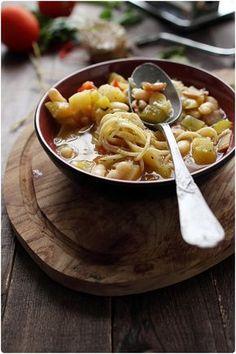Soupe corse : Pour 4 personnes : 100g de haricot blanc sec 2 tomates 3 courgettes 2 oignons 1 branche de céleri 2 pommes de terre 5 tranches de lonzu (2mm d'épaisseur) 1 cube de bouillon de légumes quelques branches de thym 1 gousse d'ail sel, poivre 50g de spaghetti