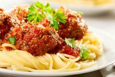 Spaghetti mit leckeren Fleischbällchen in Tomatensauce.