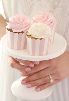 Learn how to create easy Romantic Valentines Party Food Ideas, Treats and Snacks. - Valentines Ideas - Grandcrafter - DIY Christmas Ideas ♥ Homes Decoration Ideas Stage Patisserie, Patisserie Fine, Cupcake Shops, Cupcake Cakes, Cupcakes Roses, White Cupcakes, Vanilla Cupcakes, Yummy Treats, Sweet Treats