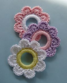 Ravelry: Flower Ring Decoration: free pattern by Doni Speigle.do in Xmas colours for serviette ringsFlower Ring Decoration/Ornament is crocheted around a plastic ring. Crochet Towel, Love Crochet, Crochet Motif, Crochet Yarn, Ravelry Crochet, Crochet Braid, Crochet Hair Clips, Crochet Rings, Crochet Hair Styles
