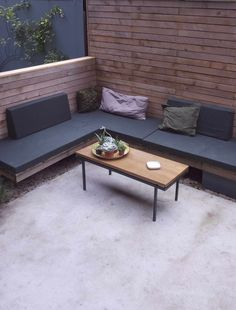Dit tuinontwerp van een kleine stadstuin of patio met betonnen terras en loungebank realiseerden we in Amsterdam | garden design with concrete terrace and outdoor lounge sofa.  Door De Peppels Tuinen