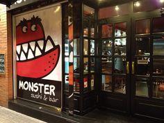 Una simpática piraña da la bienvenida al Monster Sushi, un restaurante japonés de Barcelona