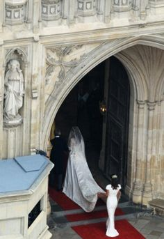 April Photos of Prince William and Kate Middleton on their wedding day. Going into Westminster Abbey. - Prince William and Kate Middleton April Kate Middleton Wedding, Princess Kate Middleton, Princess Diana, Pippa Middleton, Kate Und William, Prince William And Catherine, Royal Wedding 2011, Royal Weddings, Catherine Cambridge