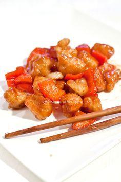 Pollo in salsa agrodolce Per la salsa: 250g di salsa di pomodoro (invece della passata io ho usato la polpa Mutti che è molto tritata) 7 cucchiai di zucchero 7 cucchiai di aceto di vino bianco 5 cucchiai di acqua 1 cucchiaio di maizena 3 cucchiai di salsa di soia Per la pasta: 50g di maizena 50g di farina 12.5cl di acqua 1 cucchiaino di bicarbonato di sodio 1/2 cucchiaino di sale Per il pollo: 150 a …