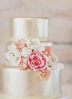 Metallic wedding cakes have been the hottest trend during several years and they still are! Why are they so fashionable? A metallic cake looks very eye-catching, it can fit many wedding styles and can become a real masterpiece – not only tasty...