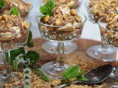 Snickers i glas Peanut Butter, Cereal, Deserts, Dessert Recipes, Pudding, Victoria, Breakfast, Lchf, Food