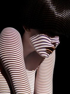 Belíssimos retratos de modelos com a pele recoberta pela projeção de sombras geométricas