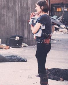 The Walking Dead. Maggie and Lil ass kicker (Judith)as Daryl calls her! Glenn Y Maggie, Mejores Series Tv, 17 Kpop, Maggie Greene, Lauren Cohan, Dead Zombie, Dead Inside, Fear The Walking Dead, Stuff And Thangs