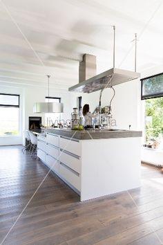 Designer-Kücheninsel unter Dunstabzug in offener Küche mit weisser Holzbalkendecke Decor, Farmhouse, Sweet Home, House, Kitchen, Contemporary Farmhouse, Home Decor, Contemporary Country Home, Deco