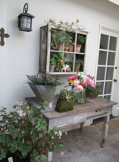 Potting Bench Ideas - Want to know how to build a potting bench? Our potting bench plan will give you a functional beautiful garden potting bench in no time! Vintage Gardening, Vintage Garden Decor, Organic Gardening, Vegetable Gardening, Container Gardening, Pallet Gardening, Kitchen Gardening, Potting Tables, Vibeke Design
