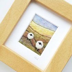 Original Textilkunst des britischen Künstlers Maxine Smith. Eine Nadel gefilzt und bestickt Miniatur Schafe Landschaftsbild von der Natur inspiriert. Textilkünstlerin Maxine Smith ist inspiriert von den dramatischen Landschaften, Hügeln und Hecken von Shropshire, England. Der