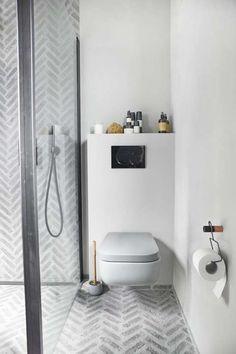 All plass er maksimalt utnyttet på badet. På hyllen over toalettet er det plass til lekre velværeprodukter.
