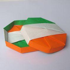 Origami Tricolor Box (Kawasaki Toshikazu) | makeanorigami.com - Direct link: http://makeanorigami.com/origami/modular-containers-boxes/origami-tricolor-box-kawasaki-toshikazu
