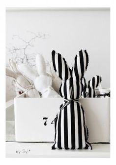 Pasen: stoffen paashaasjes in zwart/wit
