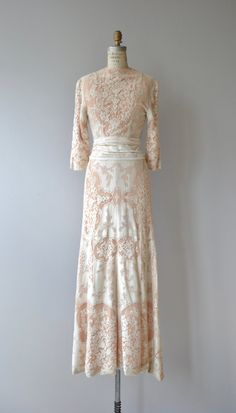 Such a treasure of a 1930s Quaker lace wedding gown with blush under layer, wrap-style with high neckline, 3/4 sleeves, fitted waist, snap closures and filet lace sash at the waist. ✂-----Measurements fits like: xs/small shoulder: 15 bust: 32-34 waist: 25-27 hip: up to 38 length: 61 brand/maker: n/a condition: excellent ✩ layaway is available for this item to ensure a good fit, please read the sizing guide: http://www.etsy.com/shop/DearGolden/po...