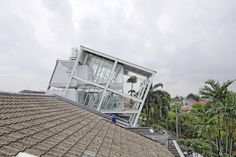 A Casa Inclinada / Budi Pradono Architects