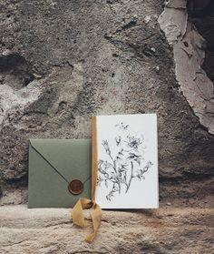 © PAPIRA invitatii de nunta personalizate // Floral wedding invitation and plant dyed silk ribbon + handmade envelope and wax seal. // #papiradesign #papirainvitations #invitatiidenunta #invitatiinunta #weddinginvitations