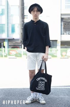 Hat and the bag complete the outfit and makes the fashion pop more. Korea Fashion, Japan Fashion, Mens Fashion, Fashion Outfits, Street Fashion, Harajuku Mode, Harajuku Fashion, Men Street Look, Asian Street Style