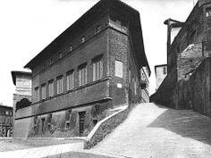 Foto Alinari (primi decenni del '900). Vista del palazzo Vescovi Celsi Pollini, progettato da Baldasserre Peruzzi (1481-1536). Sulla destra Via San Quirico, ove si trova l'entrata. La foto è tratta dal volume Siena negli archivi Alinari, Alinari, 1984