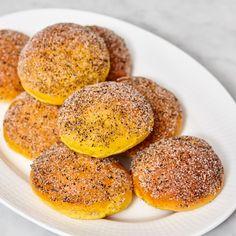 Släta saffransbullar som doppas i citron- & lakritssocker.