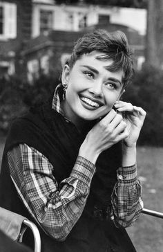 """photo NB : Dennis Stock, 1954, """"Audrey Hepburn"""", actrice de cinéma UK, sur le tournage de""""Sabrina"""", 1950s, portrait de femme"""