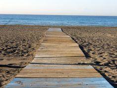 Alfombra roja en la playa de Rincón de la Victoria (Málaga) Victoria, Red Carpet, Rugs