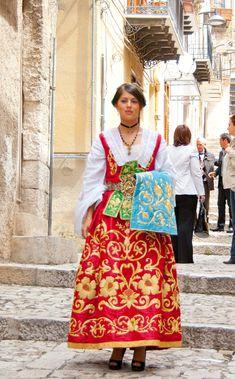 i fantastici costumi di Piana degli Albanesi #TuscanyAgriturismoGiratola
