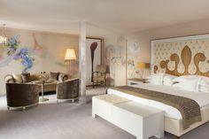 Le Carlton Hotel, Saint-Moritz, propose à ses clients de se laisser inspirer par deux grands peintres du XXe siècle : Chagall et Kandinsky... à qui l'architecte d'intérieur tessinois Carlo Rampazzi rend hommage en redécorant deux des 60 suites et junior suites de l'hôtel !