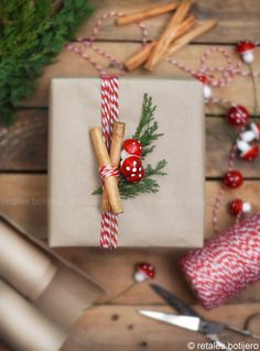 Creative Christmas Wrapping & Packaging Design Christmas Wrapping And Packaging Idea Christmas Yarn Wreaths, Easy Christmas Crafts, Christmas Mood, Christmas Gift Wrapping, Simple Christmas, Diy Gifts, Christmas Gifts, Christmas Decorations, Creative Gift Wrapping