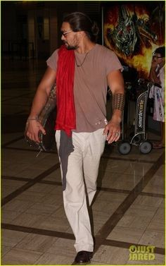Jason Momoa: 'Bullet to the Head' Trailer!: Photo Jason Momoa shields his face from view as he heads through LAX Airport on Monday (September in Los Angeles. Jason Momoa Gif, Jason Momoa Aquaman, Bullet To The Head, Jai Courtney, Hollywood Men, Sun And Stars, Man Bun, Good Looking Men, American Actors