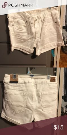 Size 4 American Eagle white shorts White shorts with pockets. Great condition. American Eagle Outfitters Shorts Jean Shorts